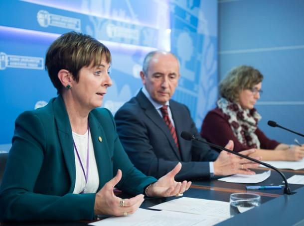 Arantxa Tapia, en primer término, junto a Josu Erkoreka y Ana Oregi