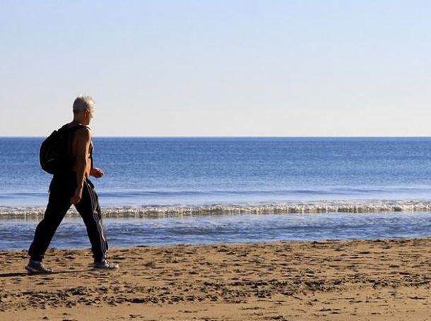 caminar-playa-ejercicio-salud-deporte
