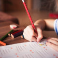 niña-colegio-clase-aprender-pintar
